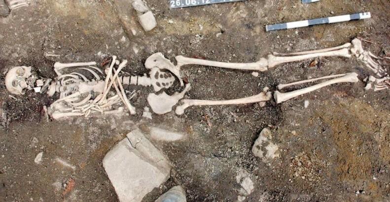 Grób osoby z kamieniem w ustach, odkryty na małym rynku w Sanoku.