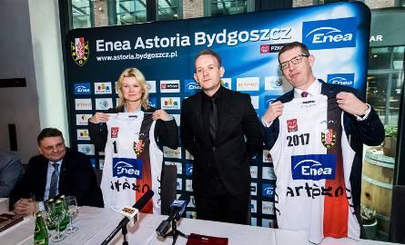 Agnieszka Żyro otrzymała koszulkę Astorii nr 1, a Sławomir Krenczyk nr 2017. W środu Bartłomiej Dzedzej, po lewej poseł Piotr Król