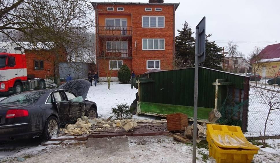 Film do artykułu: Wypadek w Wólce Bałtowskiej. Auto staranowało przystanek (ZDJĘCIA)