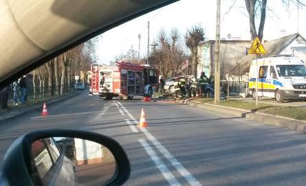 Auto uderzyło w drzewo. Kierowca utknął