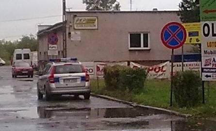 Samochód był zaparkowany pomiędzy dwoma znakami zakazu zatrzymywania.