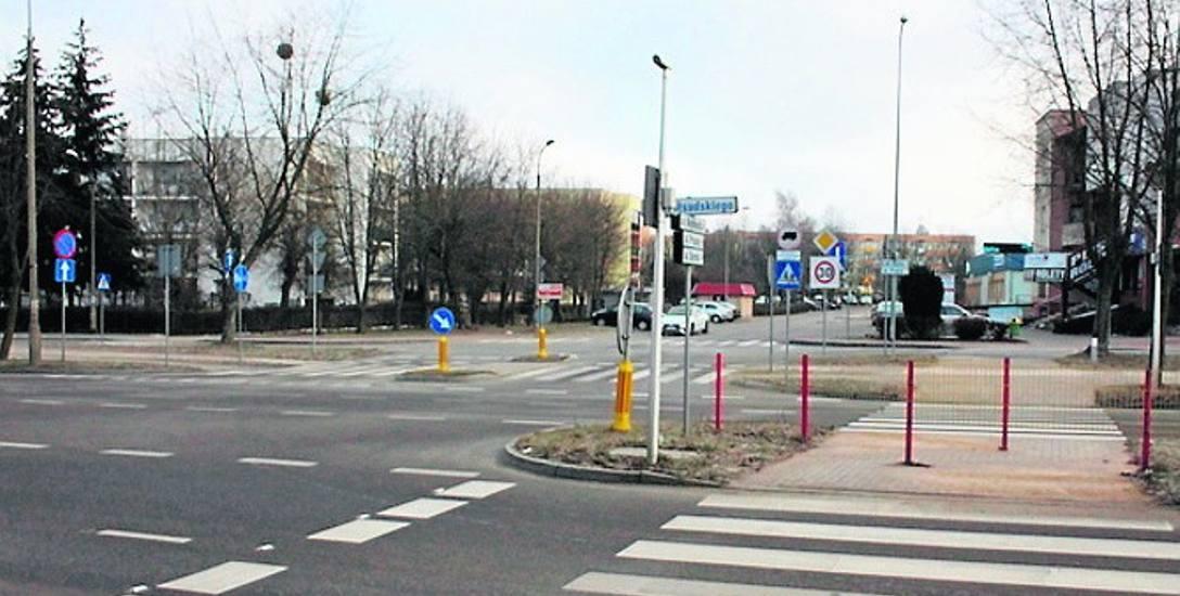 Kilka lat temu na przejściu dla pieszych przy skrzyżowaniu zamontowano specjalne barierki wydłużające drogę