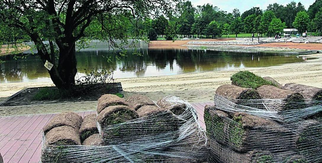 3480 m kw. rozłożono na kąpielisku w Kamieniu. - Używamy trawy z rolki, gdy chcemy osiągnąć szybki efekt - mówią w Rybniku