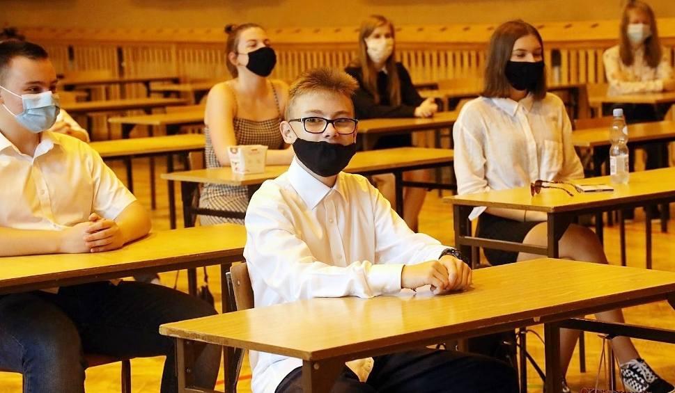 Film do artykułu: Koronawirus atakuje uczniów w szkołach w Częstochowie, Bielsku-Białej i Knurowie. Już 17 placówek w woj. śląskim pracuje zdalnie