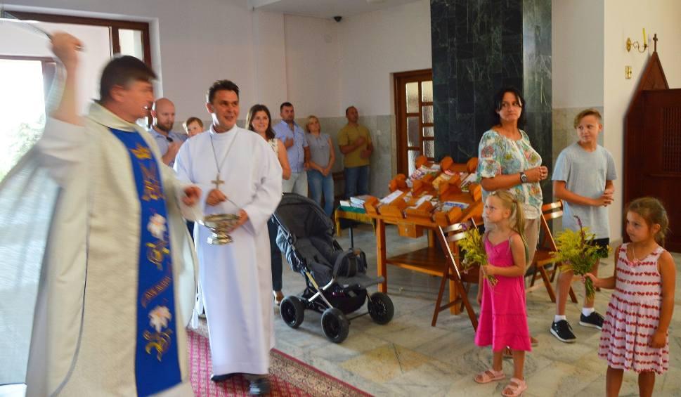 Film do artykułu: Tradycja święta Matki Bożej Zielnej wciąż żywa - wierni przynoszą bukiety do kościołów