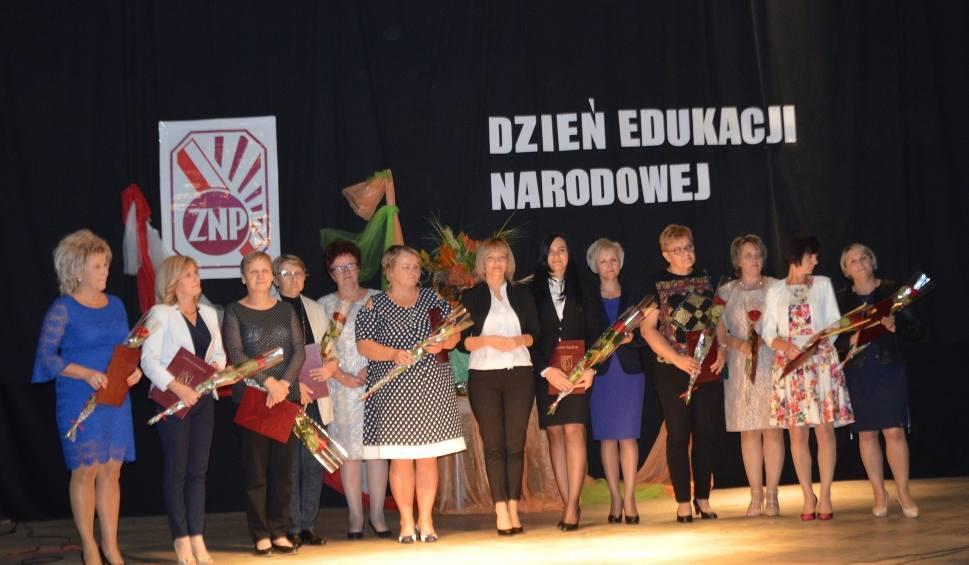 Film do artykułu: Stąporkowscy nauczyciele świętowali. Były nagrody burmistrza, odznaczenia i życzenia (ZDJĘCIA)