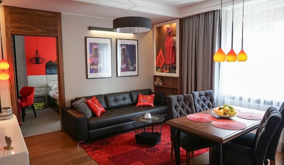 Film do artykułu: Apartamenty Agnieszki Radwańskiej w Krakowie przenoszą gości na jej turnieje [ZDJĘCIA]