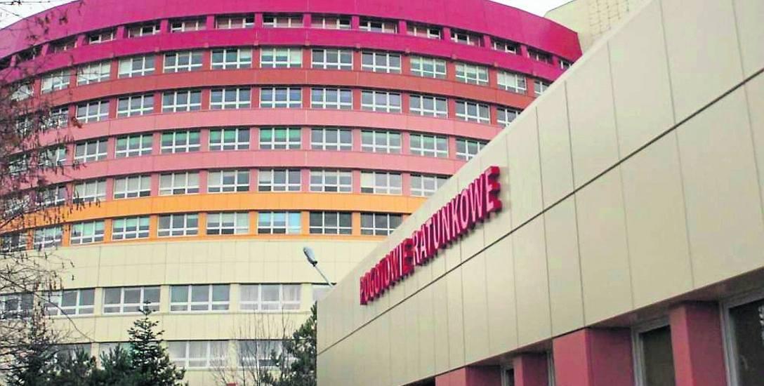 Operatorka Centrum Powiadamiania Ratunkowego w Poznaniu poleciła ułożyć poszkodowanego na boku z ręką pod głową, a następnie przekierowała rozmowę do