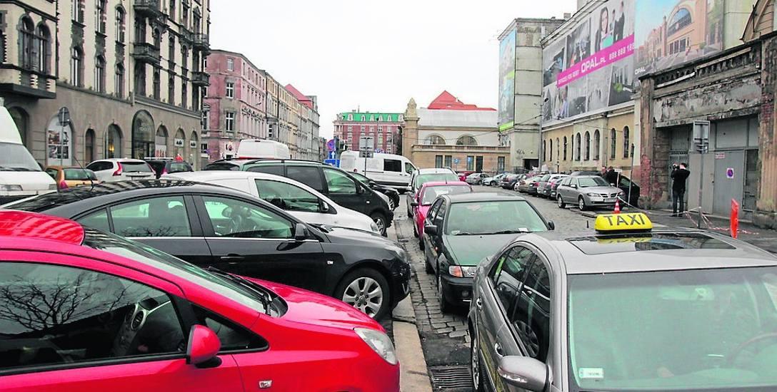 Tak ulica Dworcowa wygląda obecnie. To parkingowe zaplecze centrum Katowic