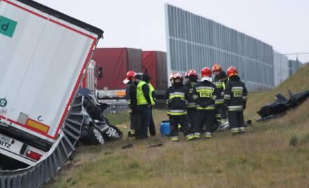 Tragiczny wypadek na A1 w Bytomiu. TIR zgniótł osobówkę