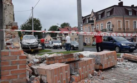 Dzisiaj o godz. 10.15 przy skrzyżowaniu ulic Wojska Polskiego i Mickiewicza zniszczeniu uległo murowane ogrodzenie. Sprawcą demolki był kierowca samochodu