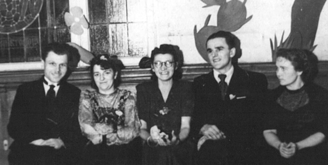 Tadeusz Gabrysiewicz (pierwszy z lewej), podinspektor szkolny do spraw oświaty dorosłych, animator kultury w powojennym Sławnie. Zdjęcie z 1946 roku