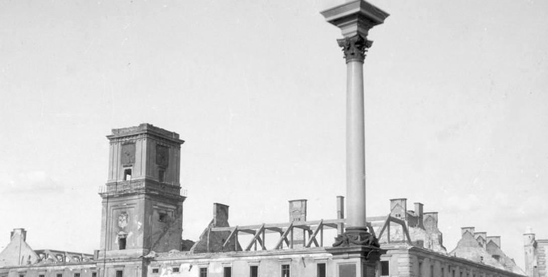 Zniszczony Zamek Królewski, widoczna także Kolumna Zygmunta na Placu Zamkowym