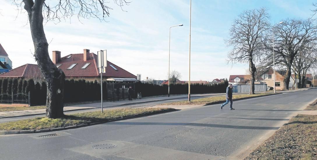 Czytelniczka przysłała nam zdjęcia spornego miejsca. Na jednym z nich widać przystanek autobusowy i osobę, która mimo braku przejścia dla pieszych przechodzi