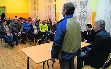 Wójt Jasionas (z prawej) na lutowym spotkaniu z mieszkańcami Dalęcina. Wczoraj zwołał konfernecją prasową ws. chlewni