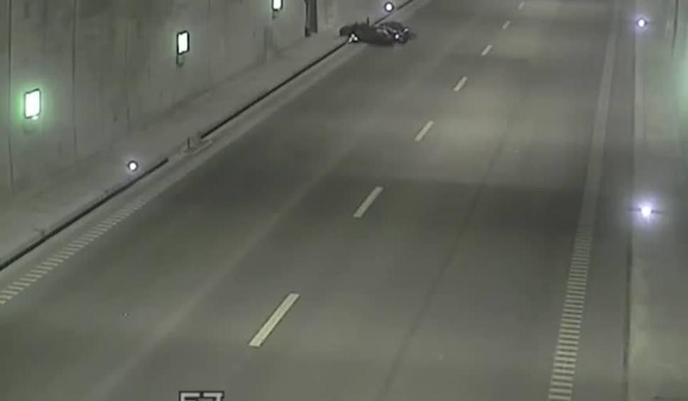 Film do artykułu: Trzech kierowców nie udzieliło pomocy mężczyźnie, który przewrócił się na skuterze w tunelu pod Martwą Wisłą [wideo]