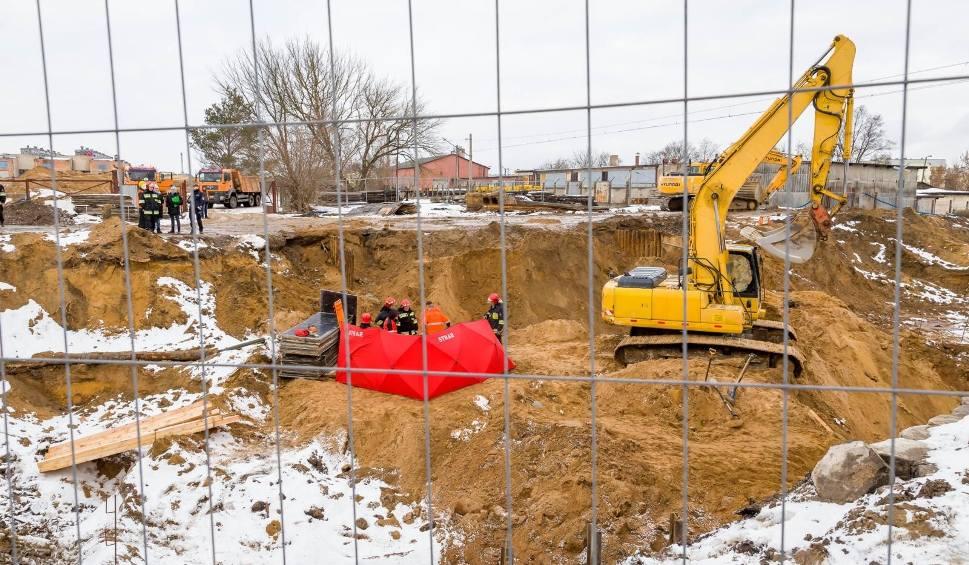 Film do artykułu: Tragedia na budowie ulicy Klepackiej. Nie żyje robotnik przysypany ziemią [ZDJĘCIA, WIDEO]