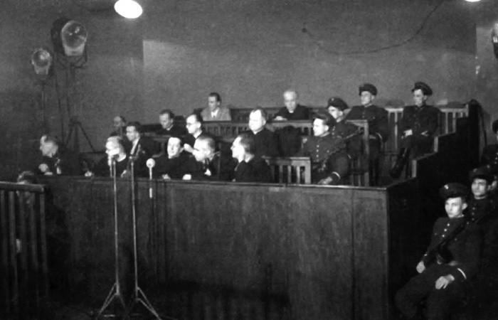 Ława oskarżonych w procesie księży kurii krakowskiej. W ostatnim rzędzie od lewej: Edward Chachlica, ks. Wit Brzycki, przed nimi ks. Jan Pochopień, w
