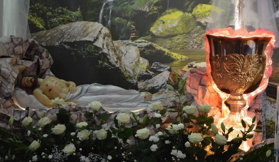 Film do artykułu: Groby Pańskie w ostrowieckich parafiach. Wierni adorują Najświętszy Sakrament [ZDJĘCIA]