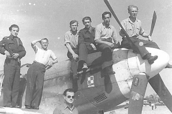 Wiosna 1944 roku. Polscy piloci 315 Dywizjonu w Anglii. Drugi z lewej Michał Cwynar