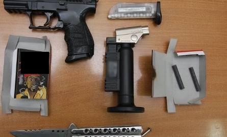 """Mundurowi ujawnili przy chłopcach replikę pistoletu Walter, nóż typu """"motylek"""" zapalniczkę elektryczną oraz kolejne petardy."""