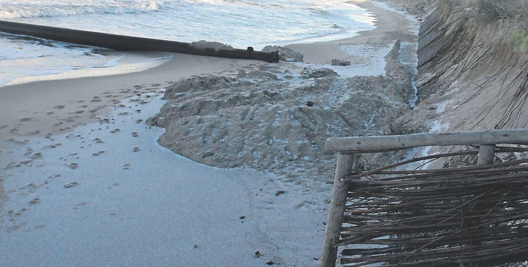 Plaża we Władysławowie. W tym miejscu brzeg powinien mieć co najmniej kilkanaście metrów. Latem opanowane przez turystów z parawanami. Zimą - przez rozszalałe