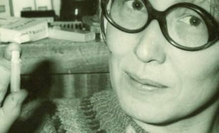 Zdjęcie z czasów opozycji - Lewandowska pokazuje podsłuch, który SB założyła w jej mieszkaniu.