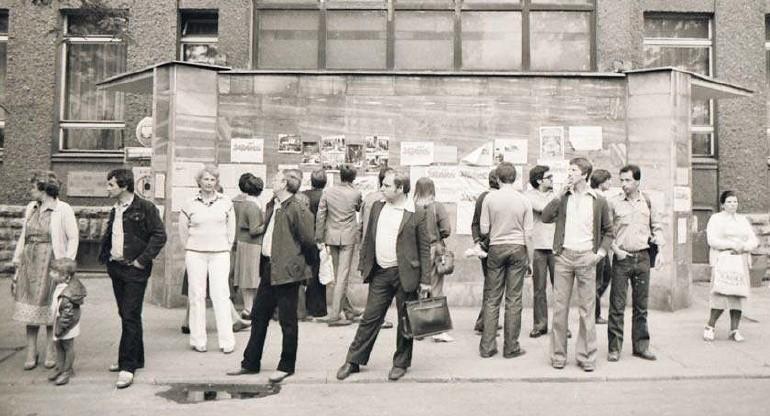 Rok 1980, ścienna gazetka przed siedzibą związków zawodowych. Tu pisano prawdę