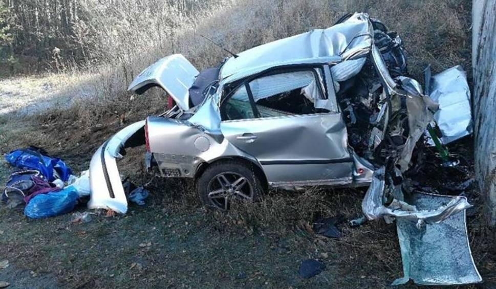 Film do artykułu: Skoda roztrzaskała się o betonowy wiadukt. 29-letni kierowca zginął na miejscu. Jak doszło do wypadku? Policja szuka świadków tragedii
