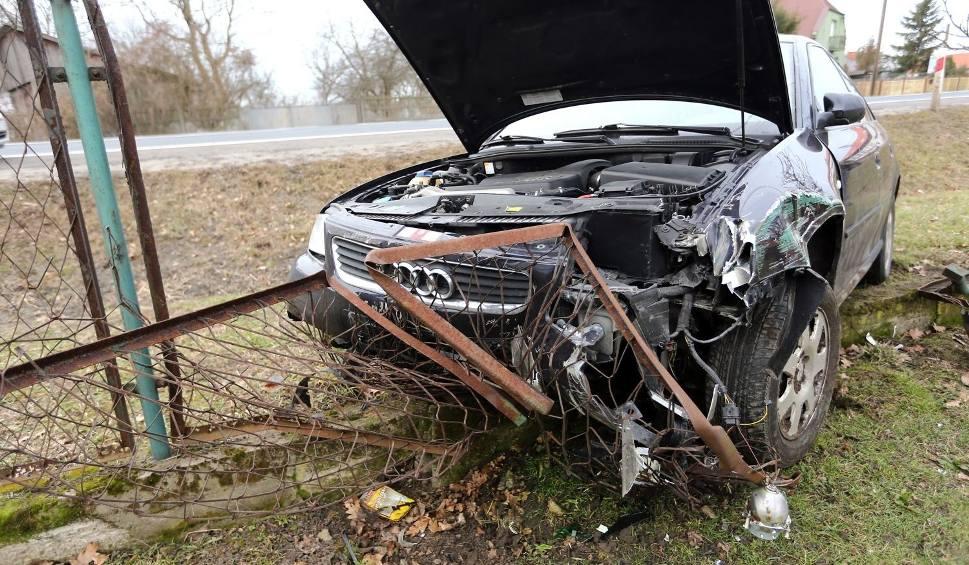 Film do artykułu: Wypadek przez psa w Turbi. Auto uderzyło w ogrodzenie