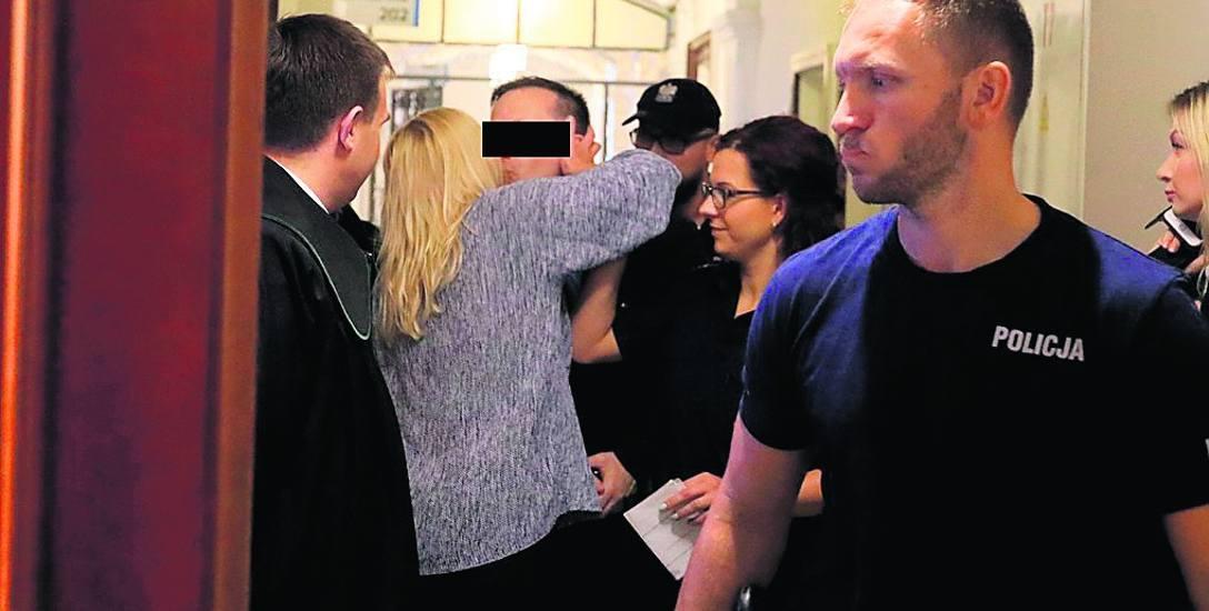 """Głównego oskarżonego Tomasza S. """"Sopla"""" czule przywitała wczoraj w sądowym korytarzu żona."""