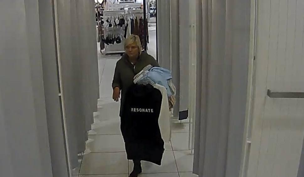 Film do artykułu: Ta kobieta poszukiwana jest za kradzież ubrań w Zielonych Arkadach w Bydgoszczy. Rozpoznajesz ją? [wideo]