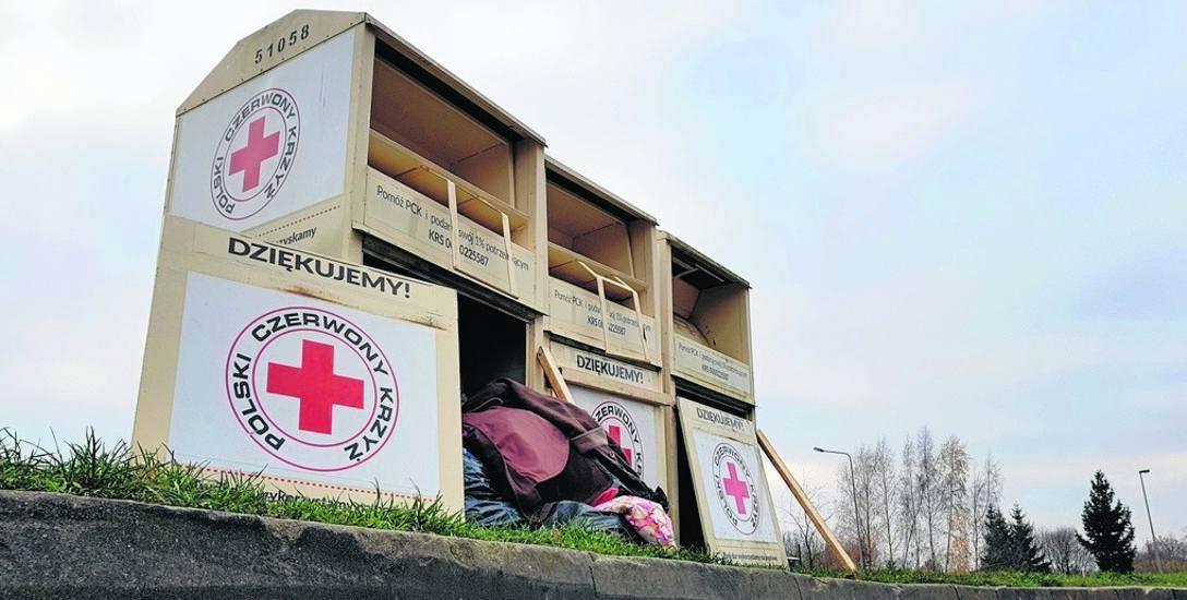 """Koordynator akcji """"Tekstylia"""" PCK na Pomorzu obiecał nam, że firma odbierająca odzież z pojemników szybko uporządkuje te zniszczone przy ul. Jana Druyffa"""