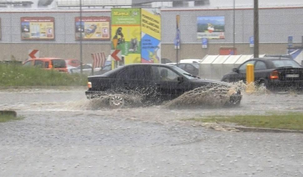 Film do artykułu: Oberwanie chmury w Tarnowskich Górach ZDJĘCIA Przy Tesco samochody tonęły w wodzie