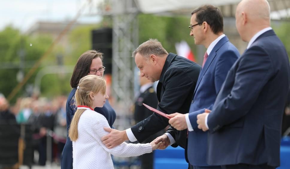 Film do artykułu: Młoda bohaterka z Szydłowca nagrodzona przez prezydenta Andrzeja Dudę i premiera Mateusza Morawieckiego podczas obchodów Dnia Strażaka