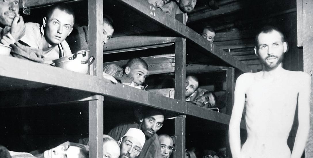 Więźniowie obozu niedaleko Jeny wyzwoleni przez Amerykanów w 1945 roku. Zdjęcie z wystawy fundacji Ślązacy.pl, która będzie w Sejmie od 25 stycznia br.