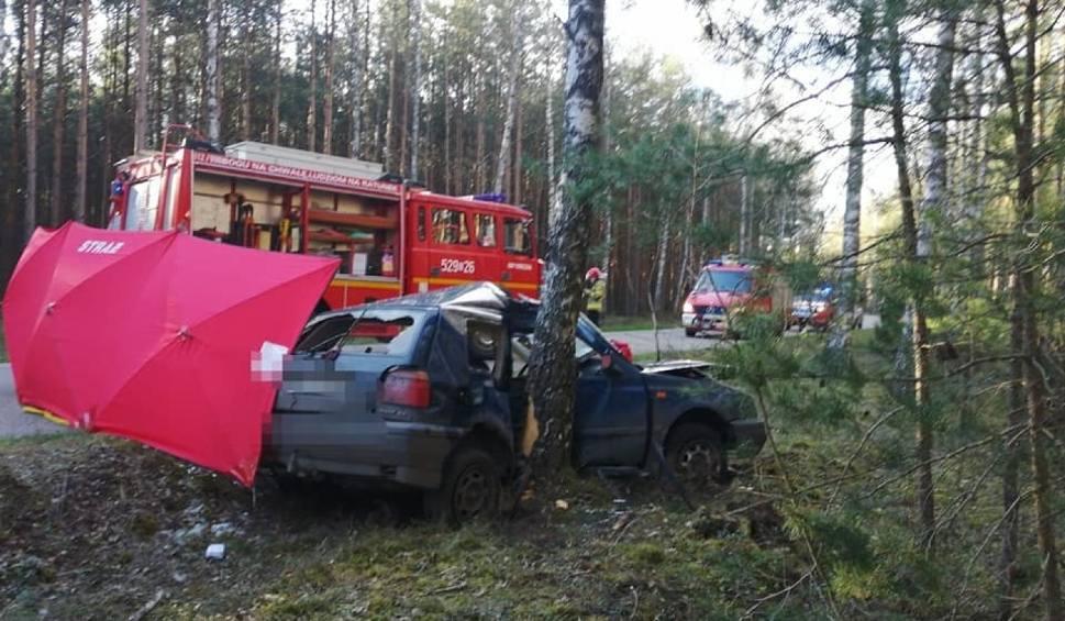 Film do artykułu: Śmiertelny wypadek w Zimnych Zdrojach! 5.05.2021 r. Samochód osobowy uderzył w drzewo. Nie żyje pasażer, kierowca trafił do szpitala