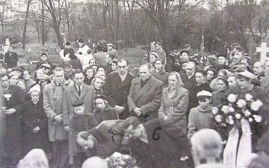 17 listopada  1957 r. na cmentarzu na Bielawkach pochowano  ppor. Leszka Białego. Żegnali go  między innymi ocalali akowcy.