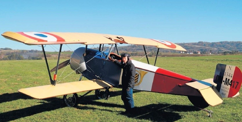 """Krzysztof Cwynar prezentuje zbudowany przez siebie samolot na lądowisku w Starej Wsi koło Brzozowa. To replika francuskiego myśliwca """"Nieuport"""