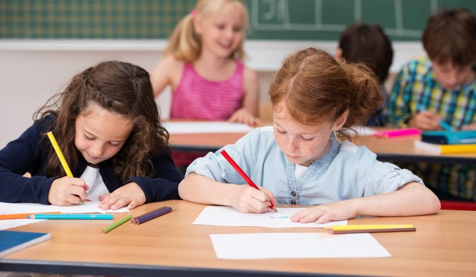 """Film do artykułu: 300 PLUS w 2020 roku: wyprawka szkolna dla ucznia. Jakie terminy programu """"Dobry start"""". Kiedy złożyć wniosek, kiedy przelew [7.07.2020]"""