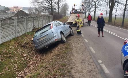 Przasnysz. Wypadek na ul. Żwirki i Wigury. Młoda kobieta wylądowała w rowie, 26.01.2020