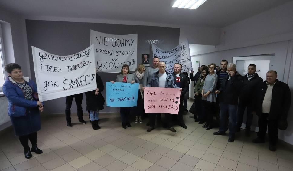 Film do artykułu: Gmina Jedlnia-Letnisko. Szkoła w Gzowicach do likwidacji! Rodzice protestowali na sesji rady gminy [wideo, zdjęcia]