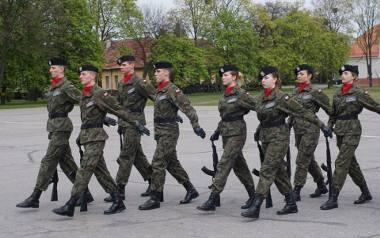 Na terenie poznańskich koszar wojskowych odbyły się zawody z musztry. Ministerstwo Obrony Narodowej szykuje duże zmiany dla uczniów klas wojskowych szkół