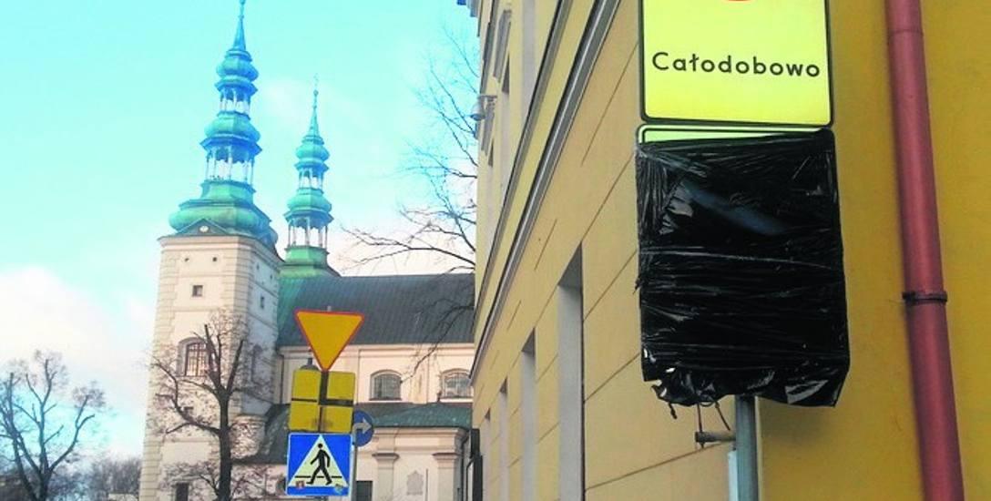 Zasłonięto znaki informujące o strefie płatnego parkowania