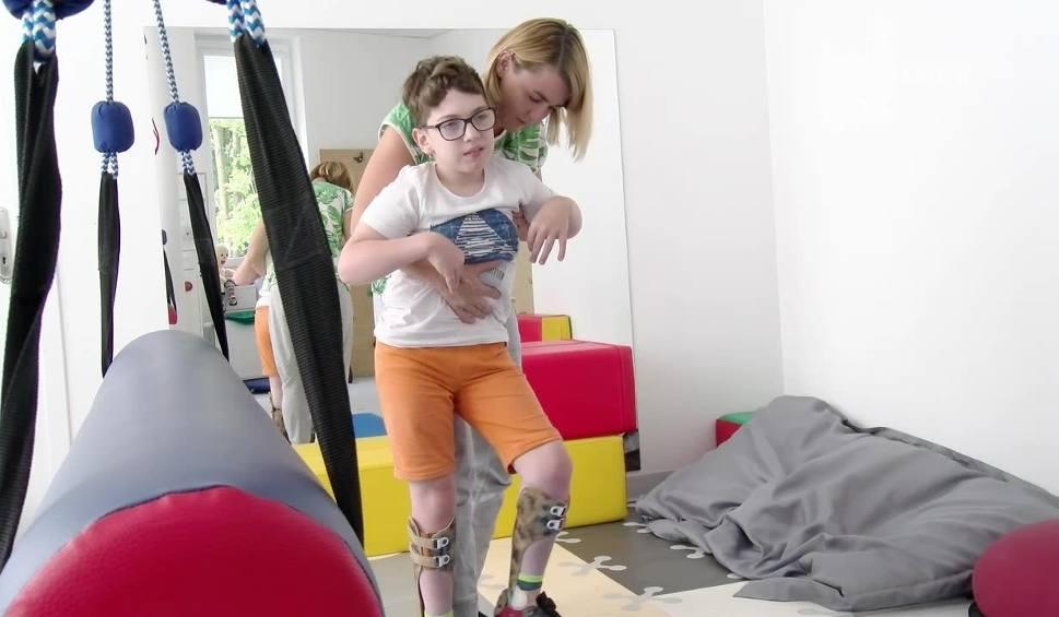 Film do artykułu: Chory na dziecięce porażenie mózgowe Michał Niemczyk mimo przeciwności losu cieszy się życiem. Ale teraz potrzebuje pomocy