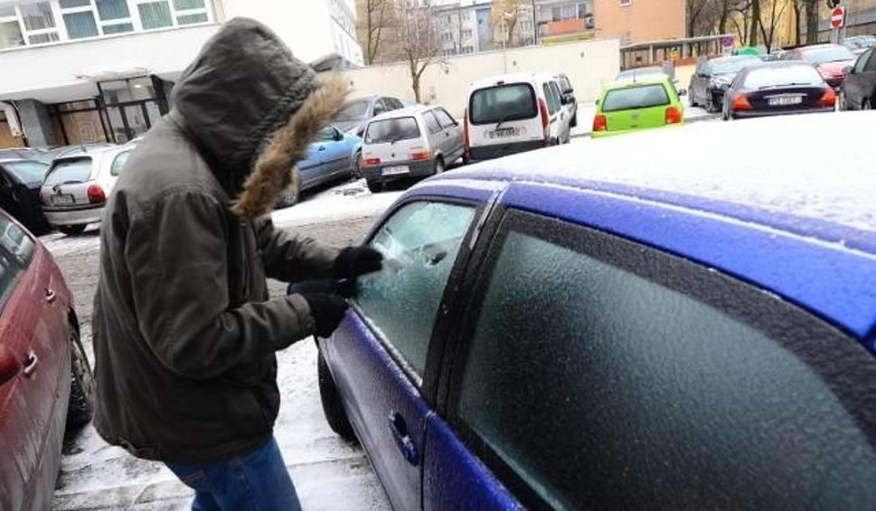 Film do artykułu: Uważajcie, dzisiaj w nocy i jutro rano (10 i 11 grudnia) będzie ślisko na drogach! Sypnie też śniegiem WIDEO