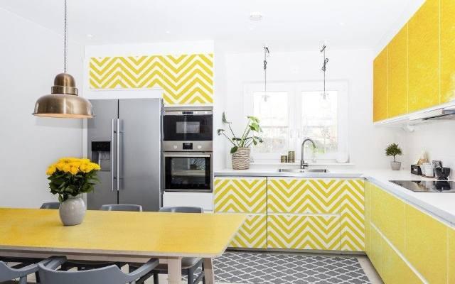 Ta żółta kuchniajest pełna energii. Domownicy to najpewniej osoby pełne chęci do życia, radości i szczęścia.