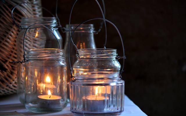 Ogrodowe lampiony zrobione ze słoików to minimalny wydatek.