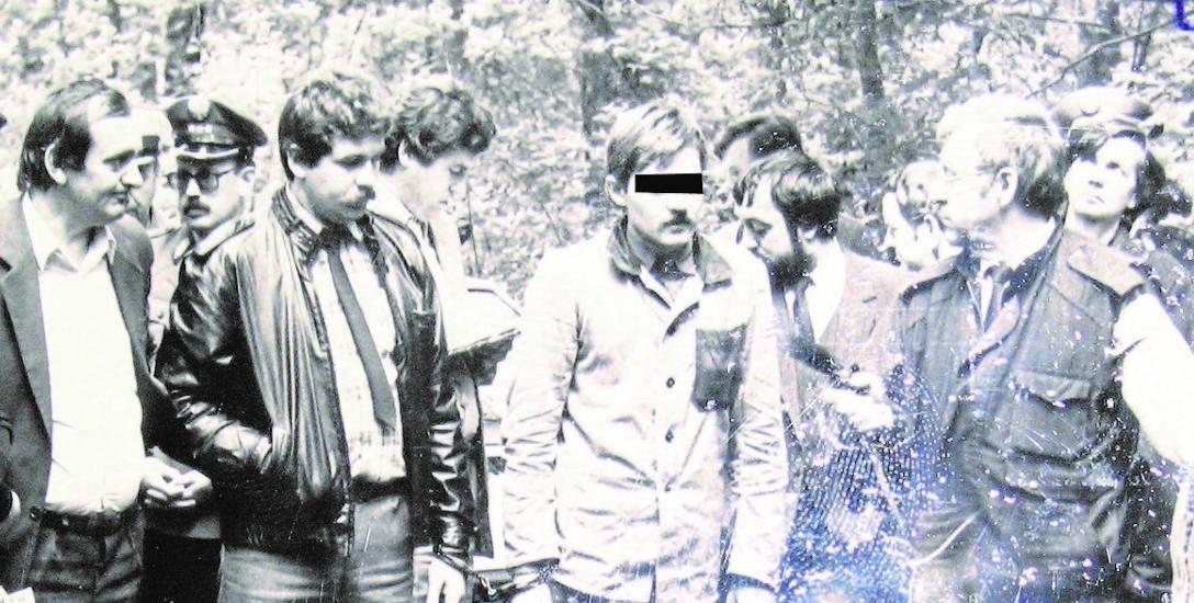 Wrzesień 1988 r. Mariusz Trynkiewicz podczas wizji lokalnej w lesie między Piotrkowem a Kołem, gdzie wywiózł ciała chłopców, polał benzyną i podpali