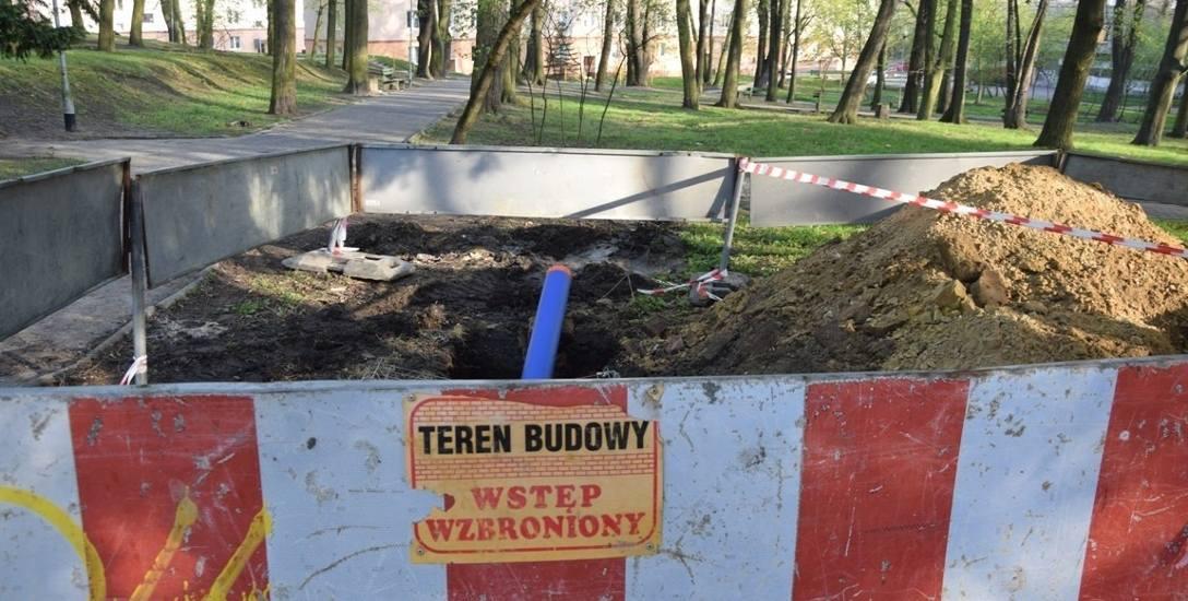 W kwietniu prace podziemne w Parku Tysiąclecia przerwano. Za brak pozwoleń nałożono karę